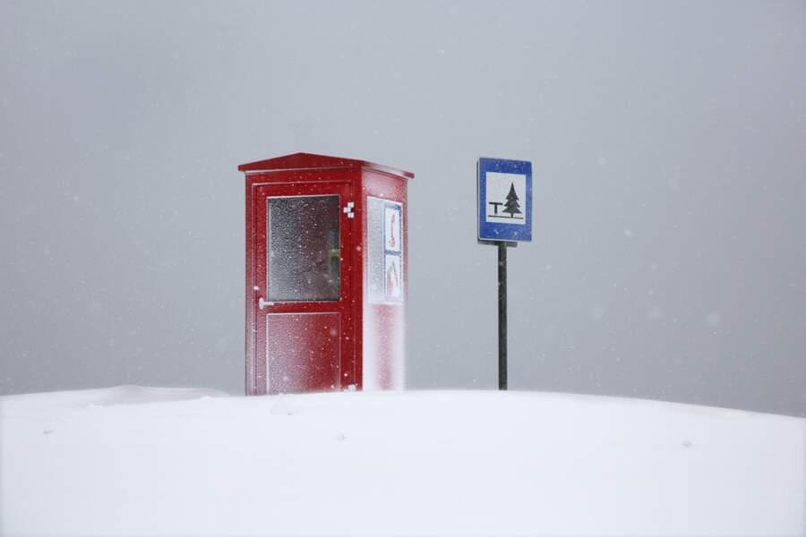Cabine téléphonique en bord de route à Ólafsfjörður