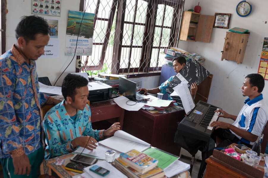 Scène de vie dans la salle des professeurs du collège de Beruta