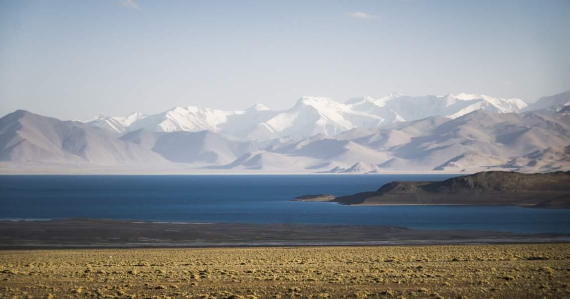 Explorer les rives du lac Karakul