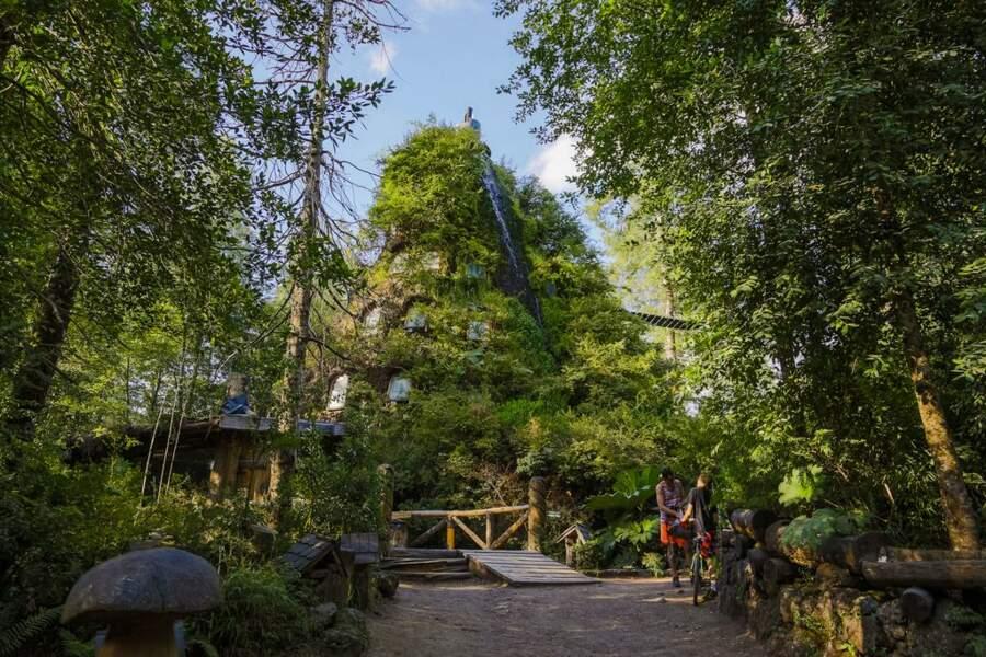 Un hôtel cascade qui se fond dans la nature