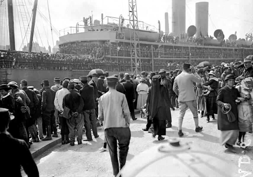 """26 juin 1917 - L'arrivée en France: tout le monde veut voir les """"Amerloques"""""""