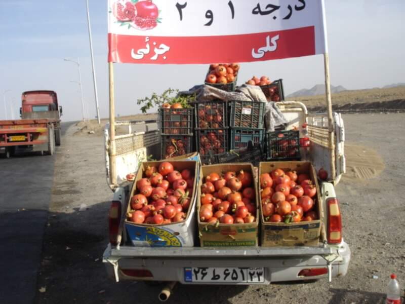 Vendeur de grenades au bord de la route