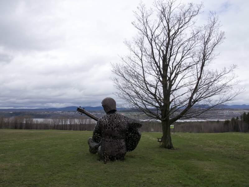 Félix Leclerc contemple le paysage