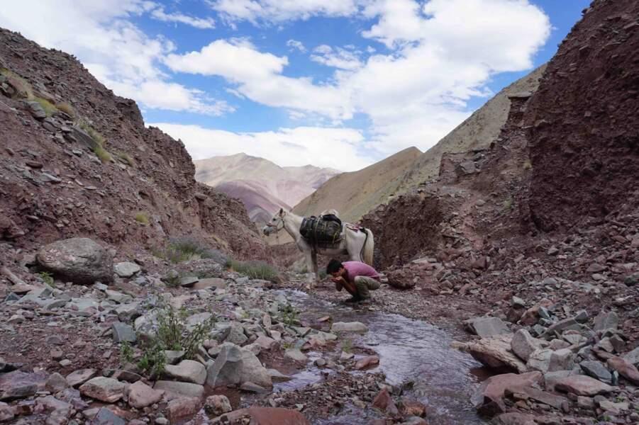 Trouver des points d'eau dans un désert de roches