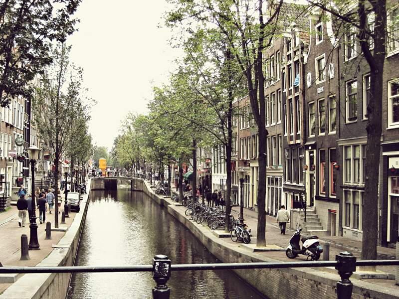 Pédaler le long des canaux d'Amsterdam