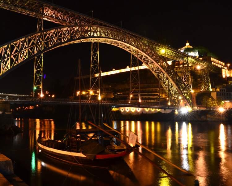 Promenade nocturne dans la ville de Porto, au Portugal