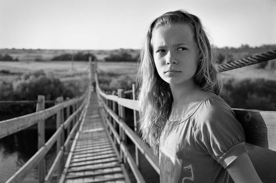 Jeune fille sur un pont