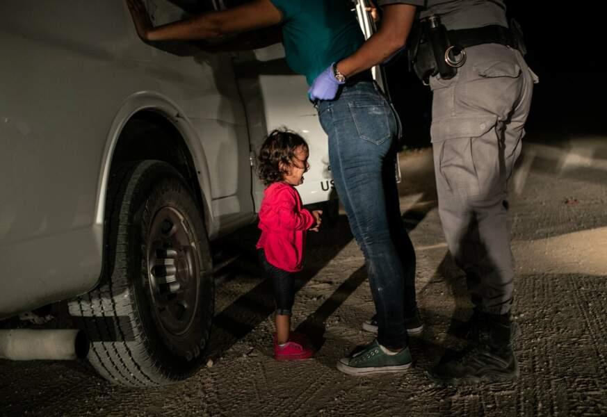 Une fillette hondurienne et sa mère contrôlées à la frontière texane, le 12 juin 2018 – Photo de l'année