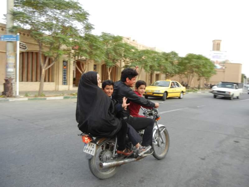 Une famille à moto, à Kashan