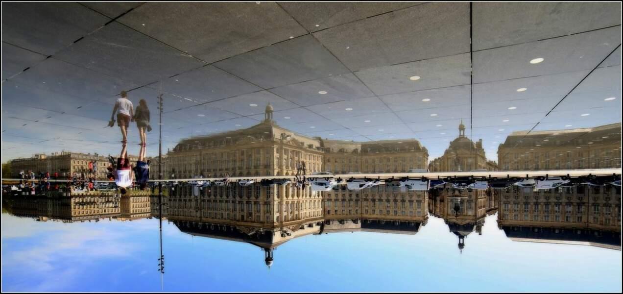 Miroir d'eau entre les quais de la Garonne et la place de la Bourse, à Bordeaux