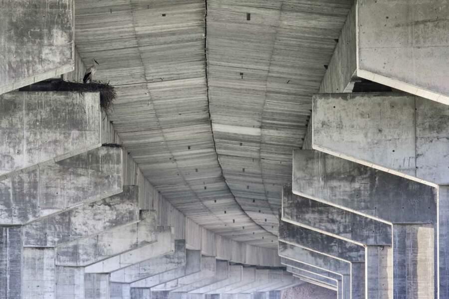 Dans le soubassement de l'autoroute A2, à Alcácer do Sal (Portugal)