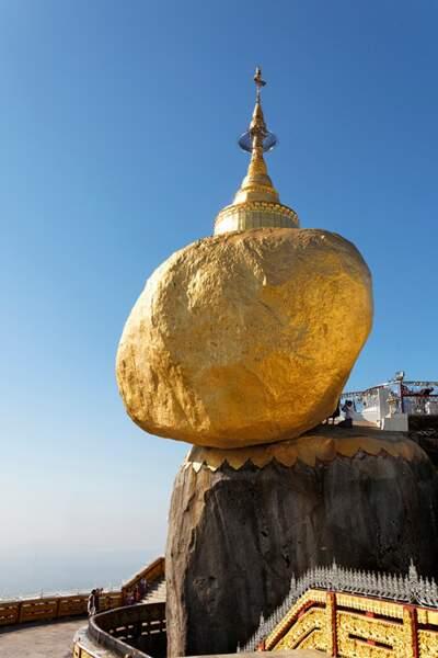 Le Rocher d'Or en Birmanie, posé en équilibre à 1200 m d'altitude