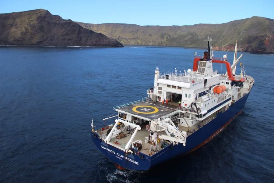 Le Marion Dufresne, navire ambassadeur des TAAF, au large de la baie du marin, à Crozet