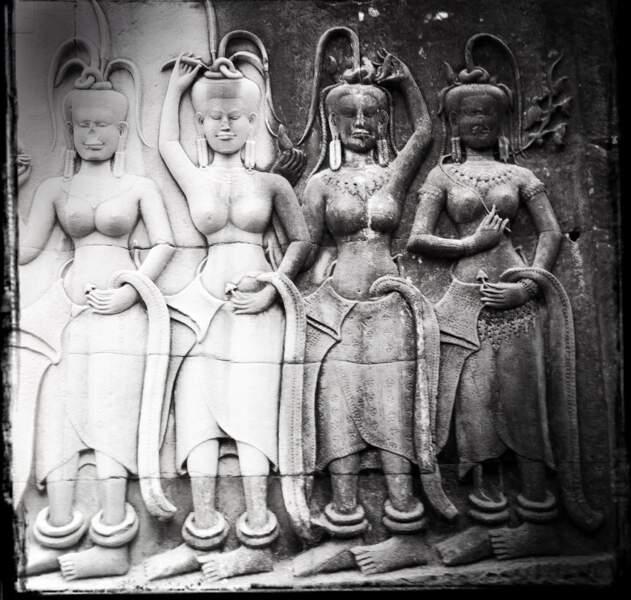Apsaras tenant une fleur de lotus - Angkor Vat