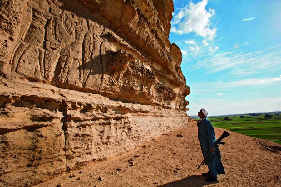 Sous le chaos rocheux de cette falaise, Ramsès III et Sobek, le dieu crocodile