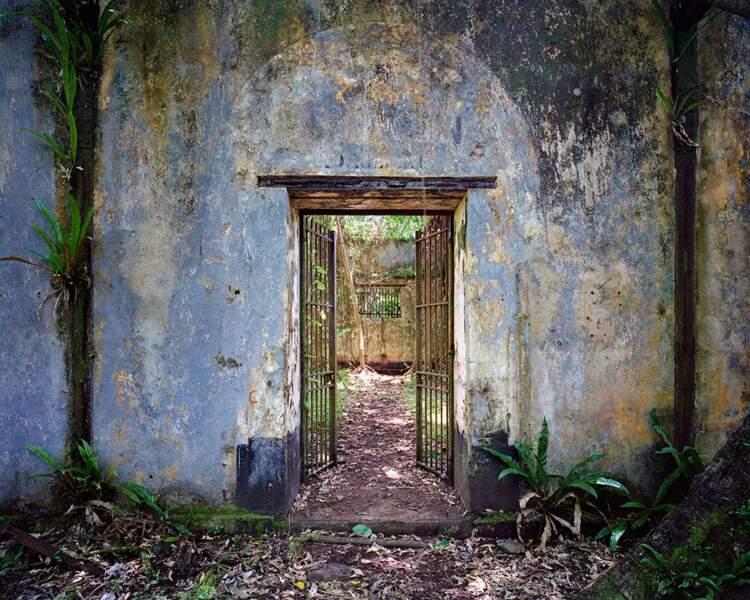 Entrée du premier bâtiment de réclusion, bagne de Saint-Joseph, îles du Salut, Guyane, 1897
