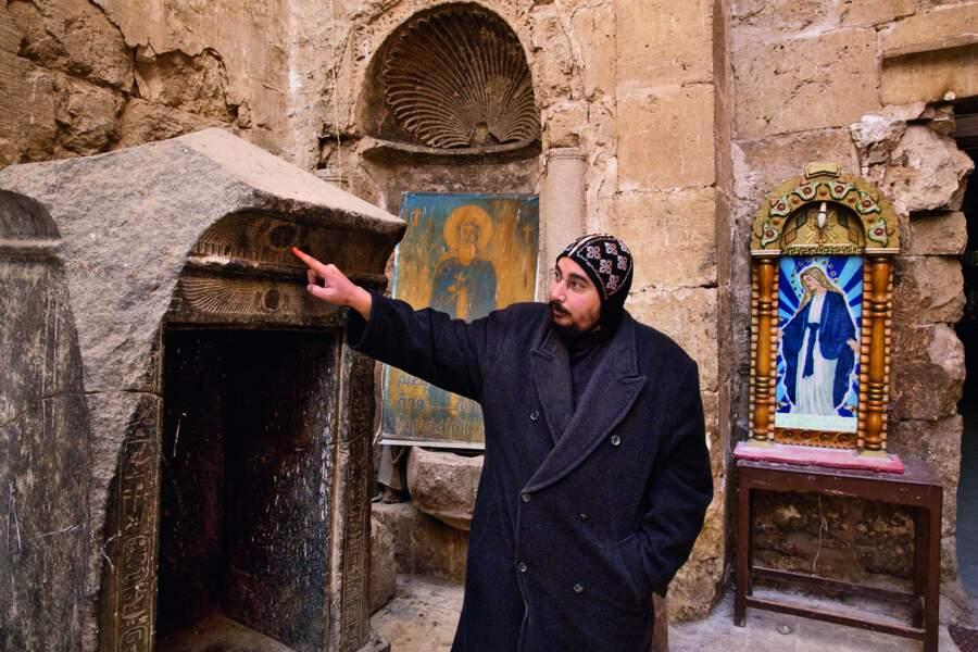 Un religieux copte désigne un autel construit grâce à des pierres issues d'un temple pharaonique