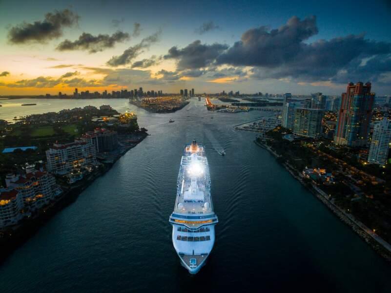 Un bateau de croisière dans le canal entre South Beach et Fisher Island à Miami (Etats-Unis)