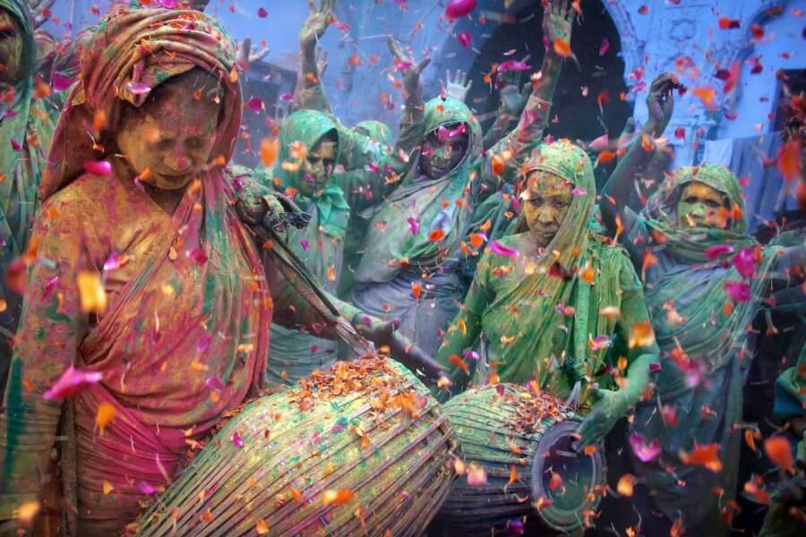 Des veuves hindoues célèbrent les fêtes de Holi à Vrindavan, dans l'Uttar Pradesh, en Inde