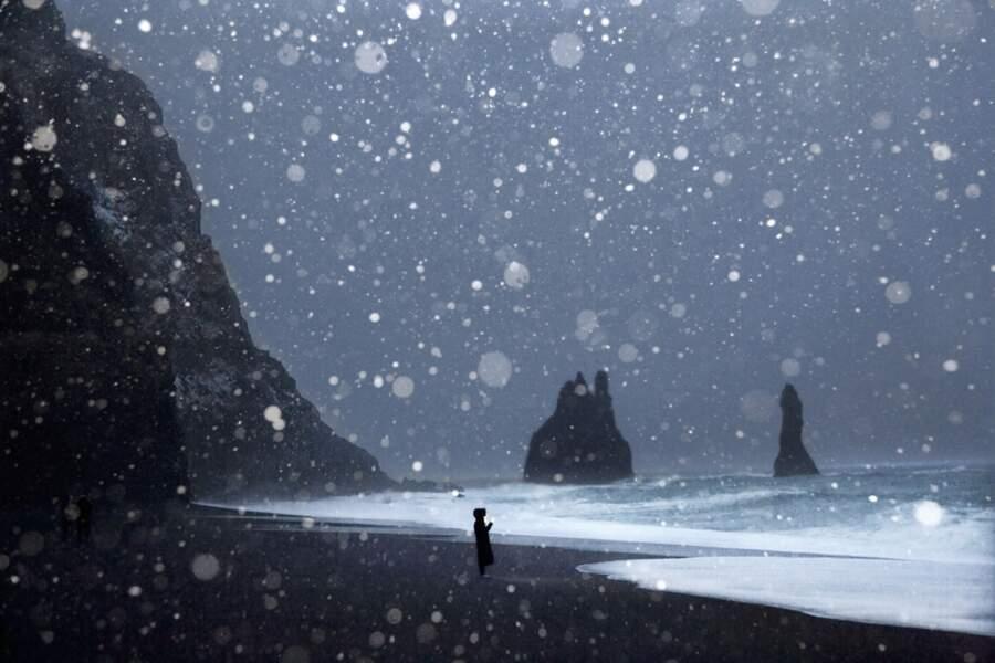Plage de sable noir sous les falaises de la péninsule de Dyrhólaey