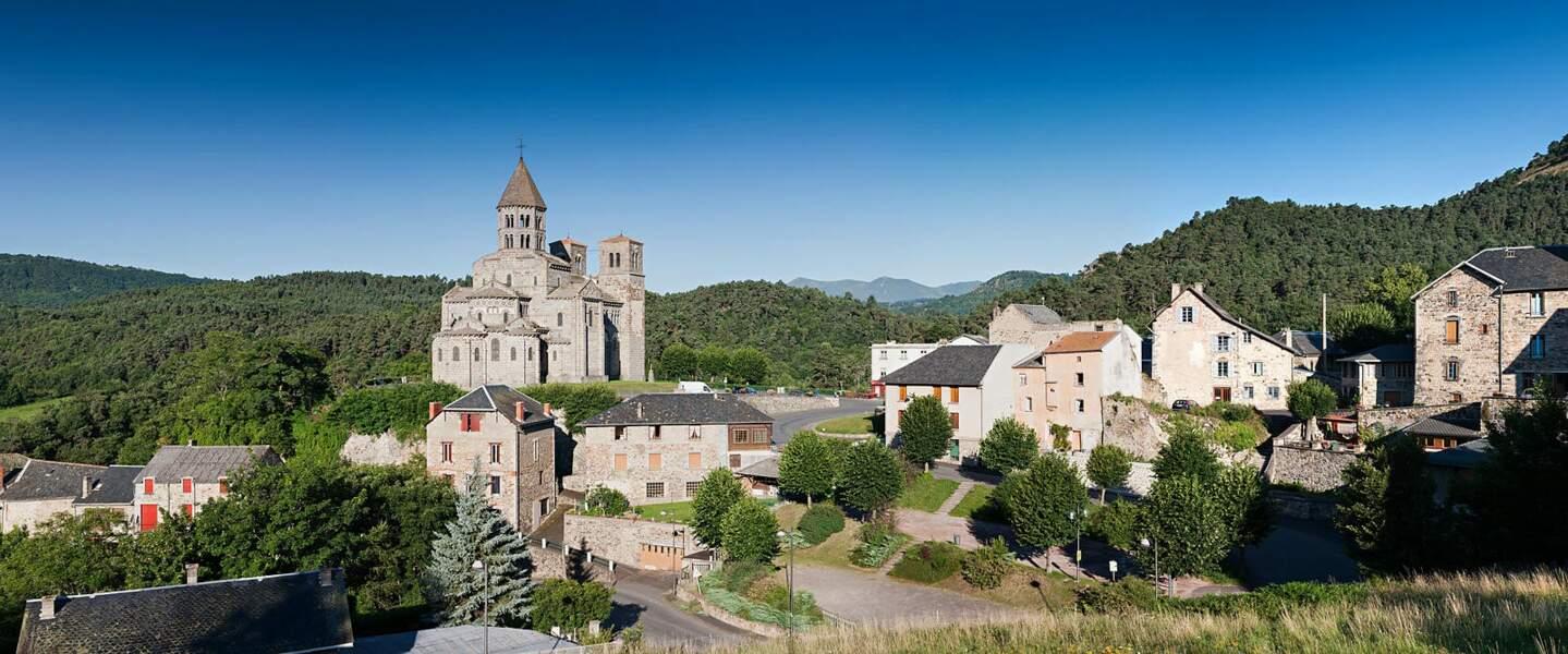 Église romane dans le parc naturel régional des volcans d'Auvergne, Albepierre-Bredons (Cantal)