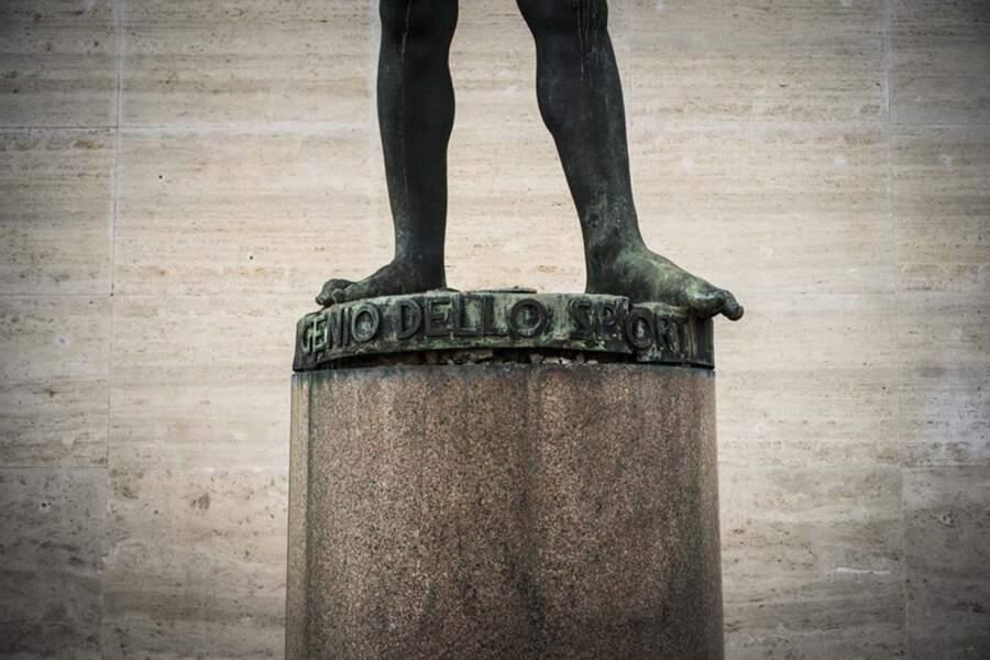 Les pieds de la statue Génie du sports