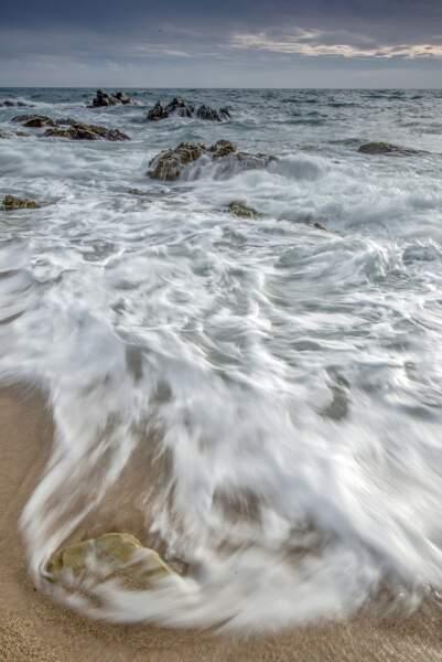 Vagues sur la plage de Lloret de Mar / Espagne