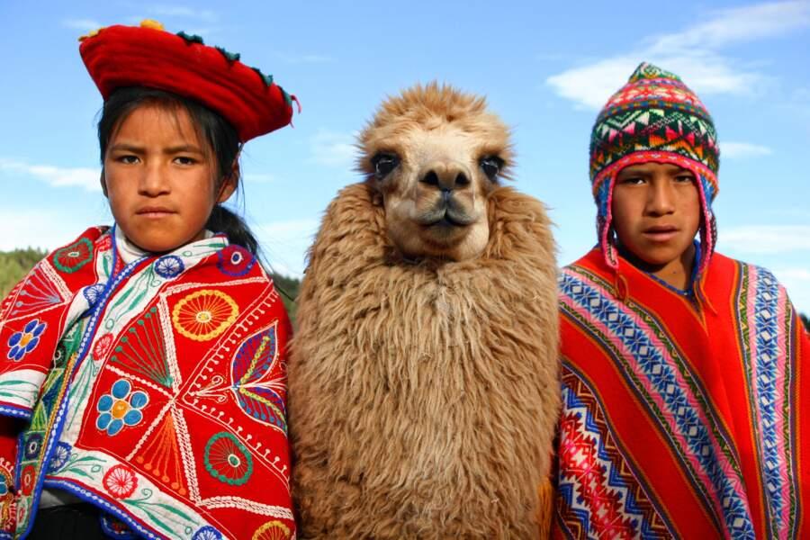 Portrait de famille dans les hauteurs de Cuzco, au Pérou