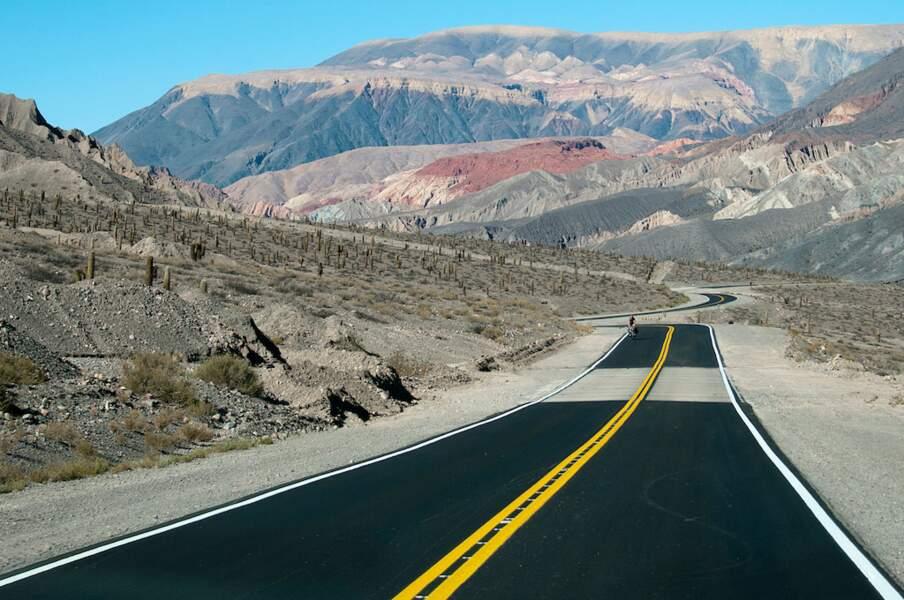 Route dans les montagnes du nord de l'Argentine