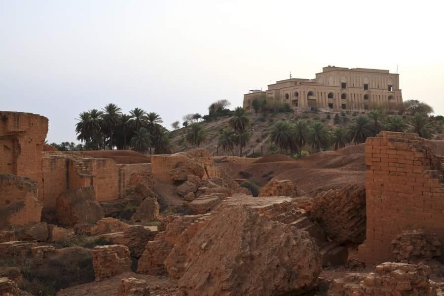 Babylone, surplombée par le palais de Saddam Hussein