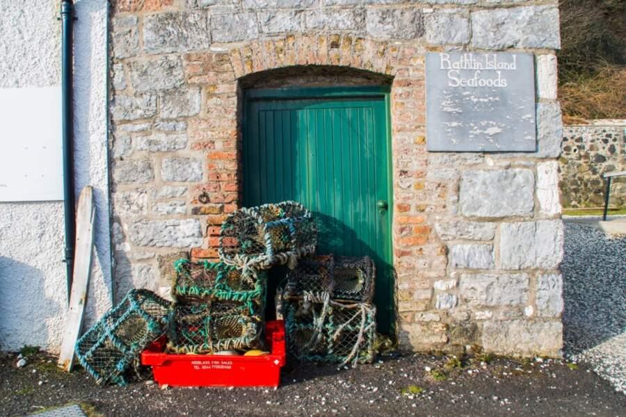 Le recoin de pêcheurs sur l'île de Rathlin, en Irlande du Nord