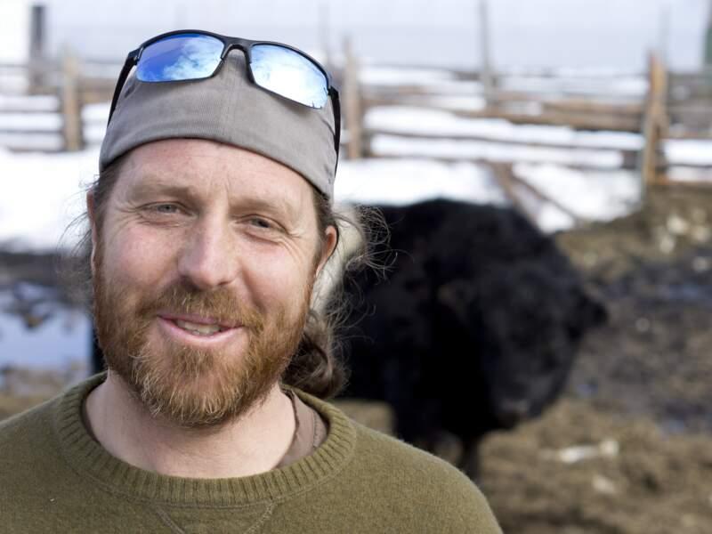 Eric Perreault prend la pose devant son bœuf
