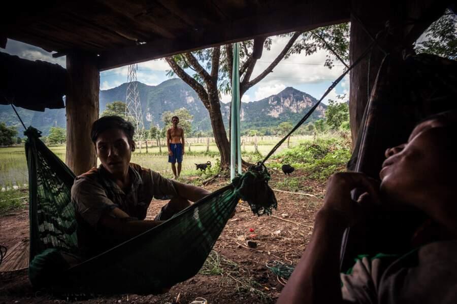Une maison sans électricité… sous les lignes à haute tension