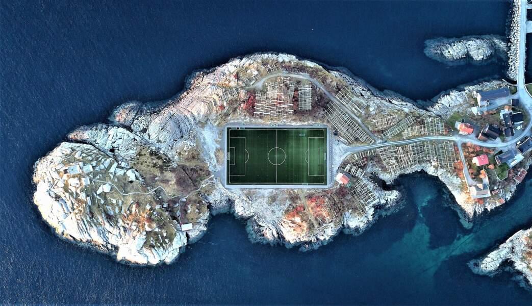 Stade de foot vu du ciel, Henningsvær, au nord de la Norvège