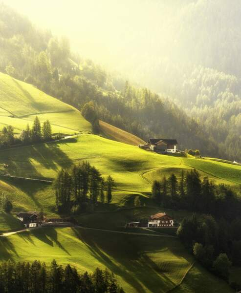 Prairies verdoyantes du Val di Funes, en Italie
