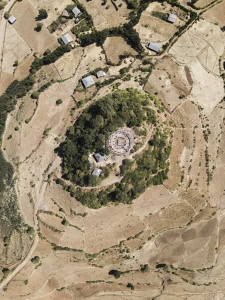 L'église de Kuskwam Mariam, entourée de champs
