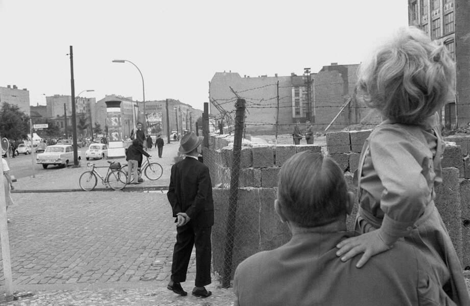 """Août 1961 : à l'Ouest, des Berlinois observent avec inquiétude ce qui se passe de l'autre côté du """"rideau de fer"""""""