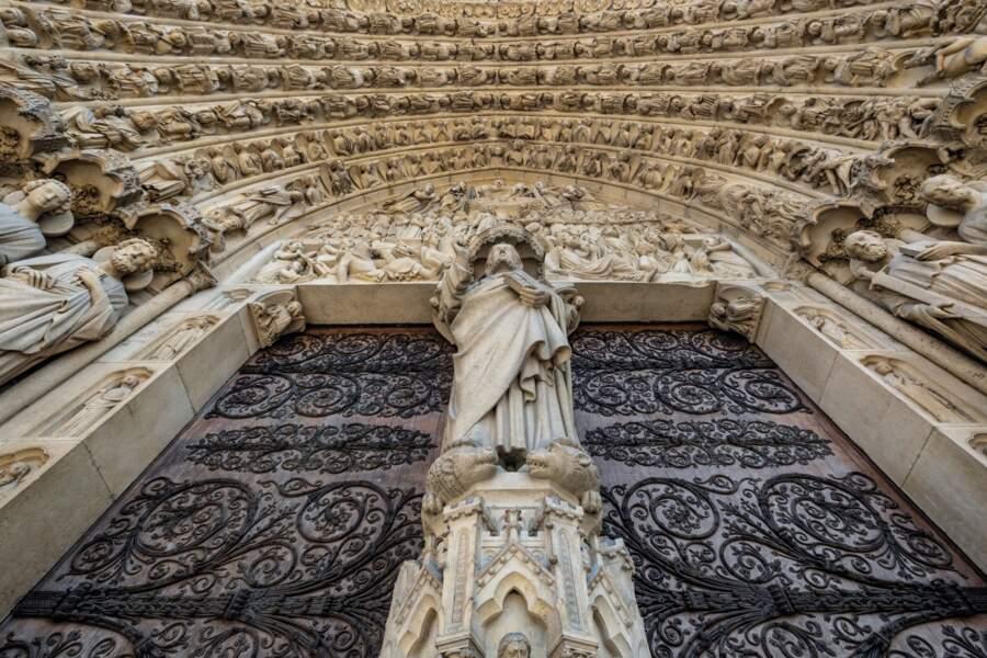 Contre-plongée du portail central de la cathédrale
