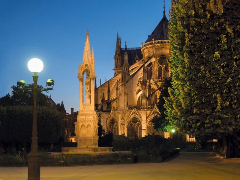 Le chevet extérieur de la cathédrale au crépuscule