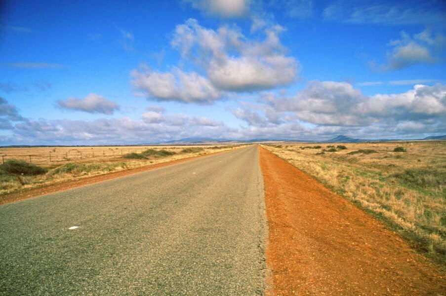 Une route sans fin dans le centre de l'Australie