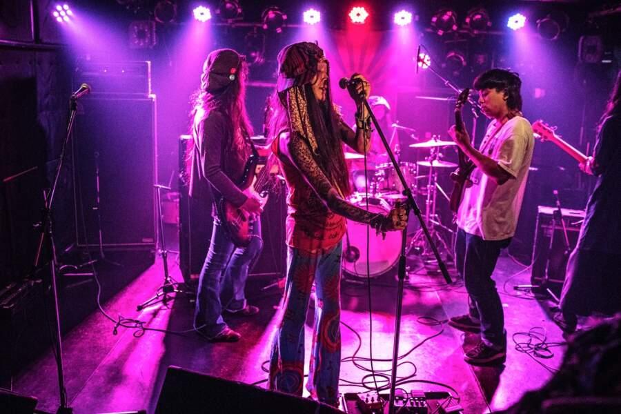 Le groupe de métal Netanoyoi sur la scène du Show Boat