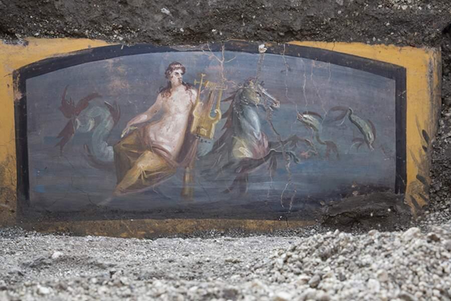 Fresque avec Néréide sur un cheval dans un environnement marin du comptoir d'un thermopole