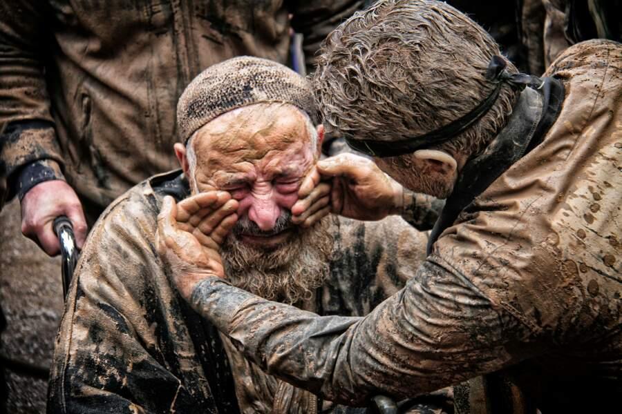 Un vieil homme et de la boue