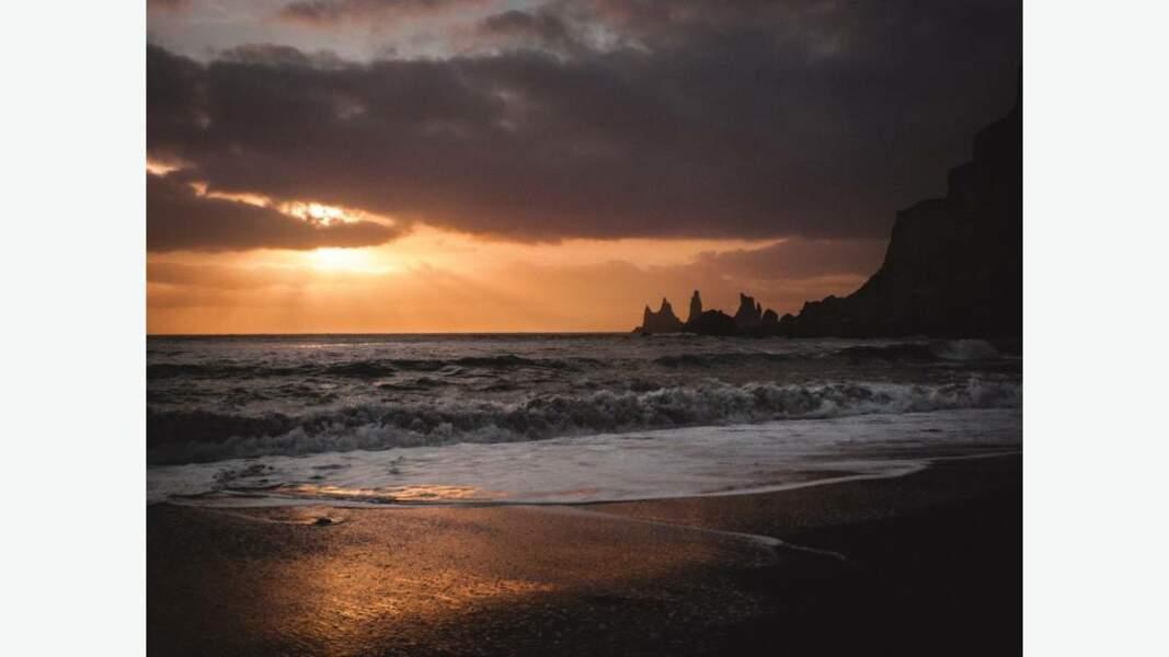Reynisdrangar, célèbre rocher de troll, falaises de dents pointues de la mer