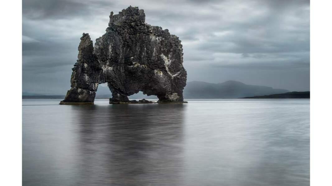 Le Hvítserkur, rocher à double arche naturelle à la forme particulière
