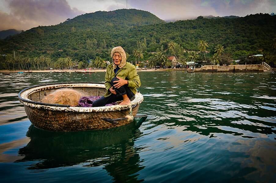 Une coquille de noix ? Non, une embarcation traditionnelle du peuple cham, au Vietnam