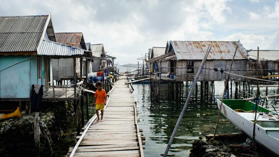 En Indonésie, les pêcheurs nomades badjao passent leur vie sur les flots