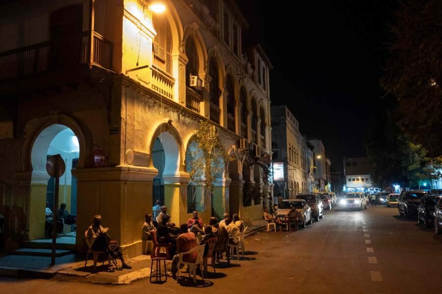 A la nuit tombée, le vieux centre de Djibouti s'anime