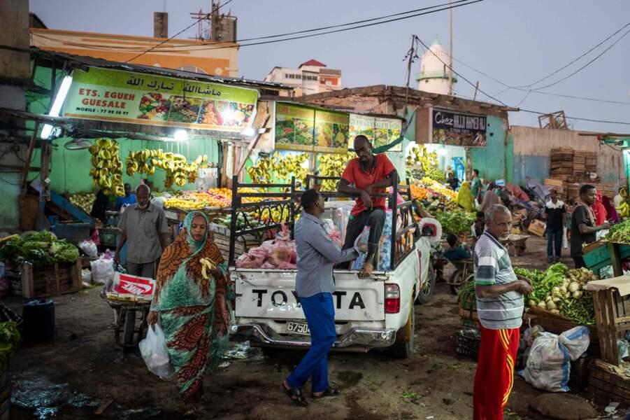 Etals de fruits et légumes dans un marché de Djibouti