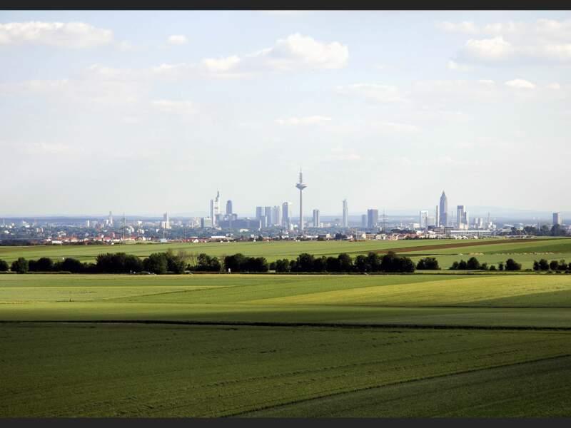 La ville de Francfort, en Allemagne, entourée de champs